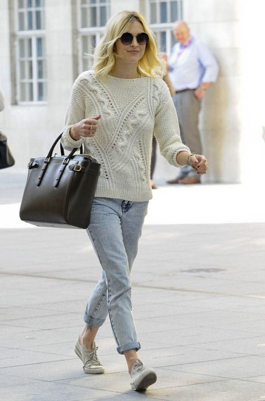 Le pullClassique mais à ne pas négliger. Le pull, irlandais en laine, BCBG en cachemire, sportswear en coton, n'a pas dit son dernier mot. Cet hiver, il s'impose plus que jamais. Le mannequin Gisele Bündchen en a fait une pièce phare en le portant pour la campagne de publicité de l'enseigne H&M en 2013. La journaliste britannique Fearne Cotton l'a immédiatement adopté pour une tenue casual. Côté baskets également, le blanc se veut indispensable: Converse, Superga, Nike, toutes les marques ont leur modèle immaculé. De son côté, l'actrice Melanie Griffith opte pour l'élégance intemporelle avec un pull tout doux parsemé de perles, signé Chanel.