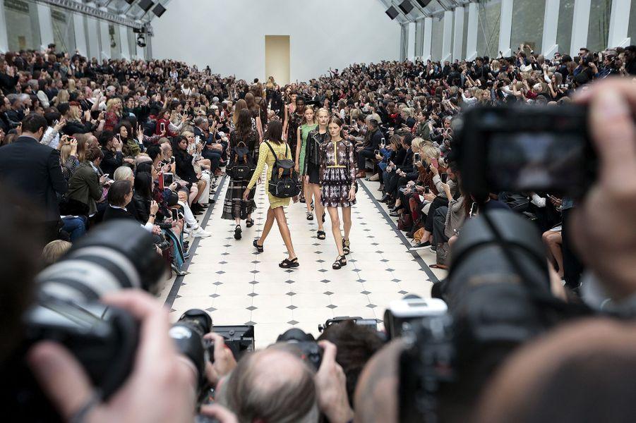 Le classique chic et rock de Burberry à la Fashion week de Londres