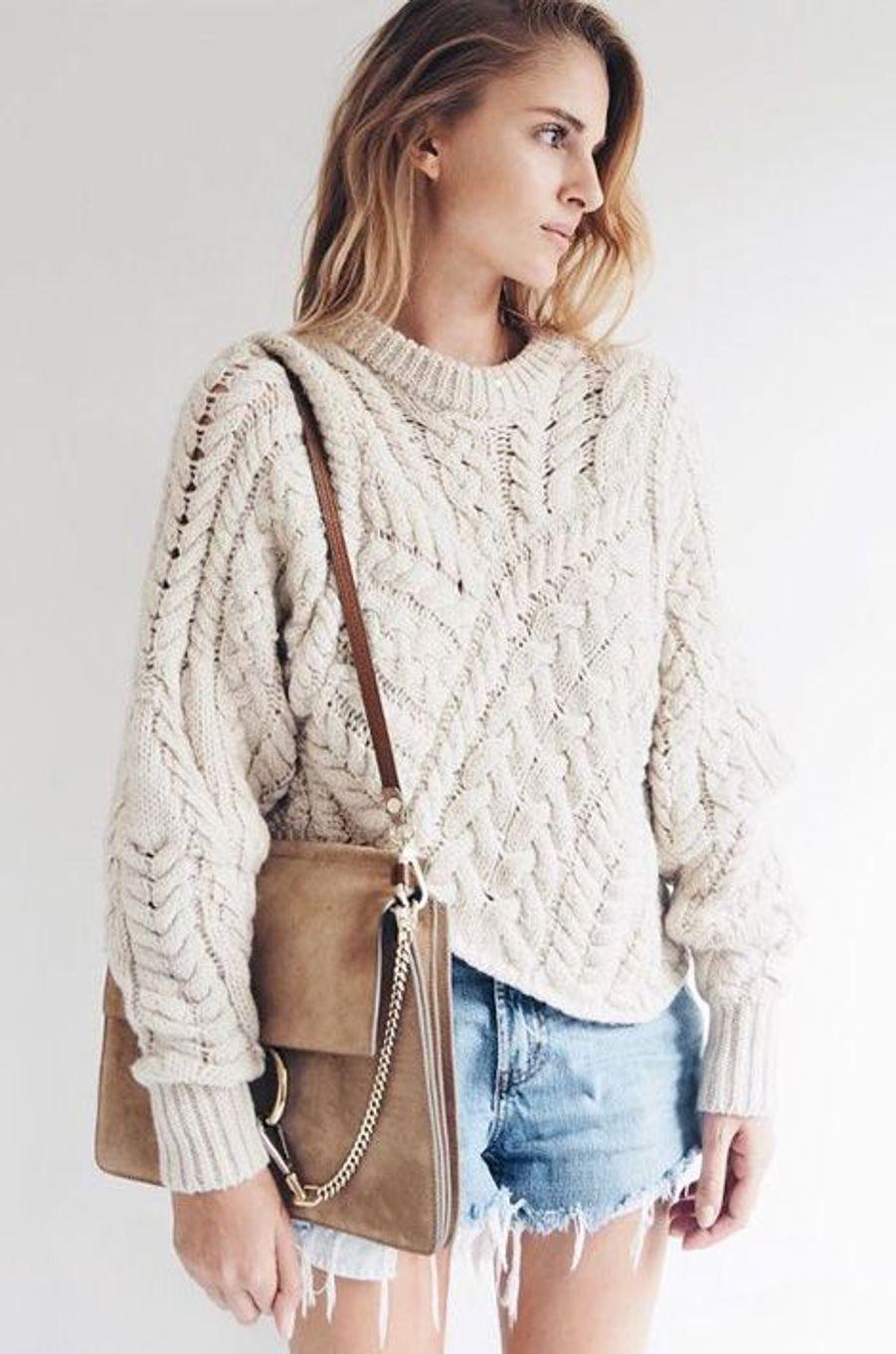 Le combo pull tricoté- short en jean fonctionne à merveille!