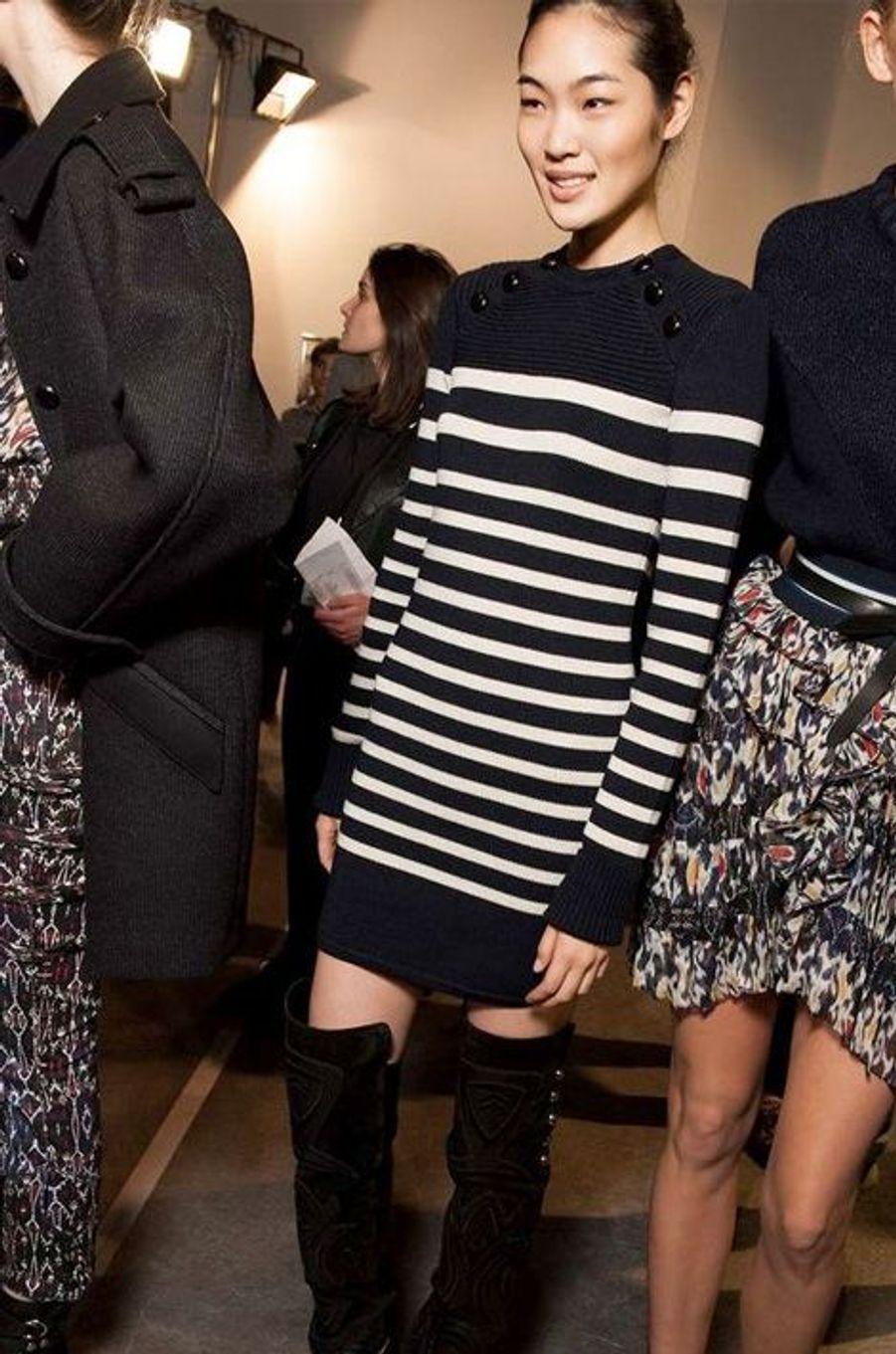 Cette robe pull marinière noir et blanc signée Isabel Marant change du classique imprimé blanc et bleu remis au goût du jour par Jean-Paul Gautier.