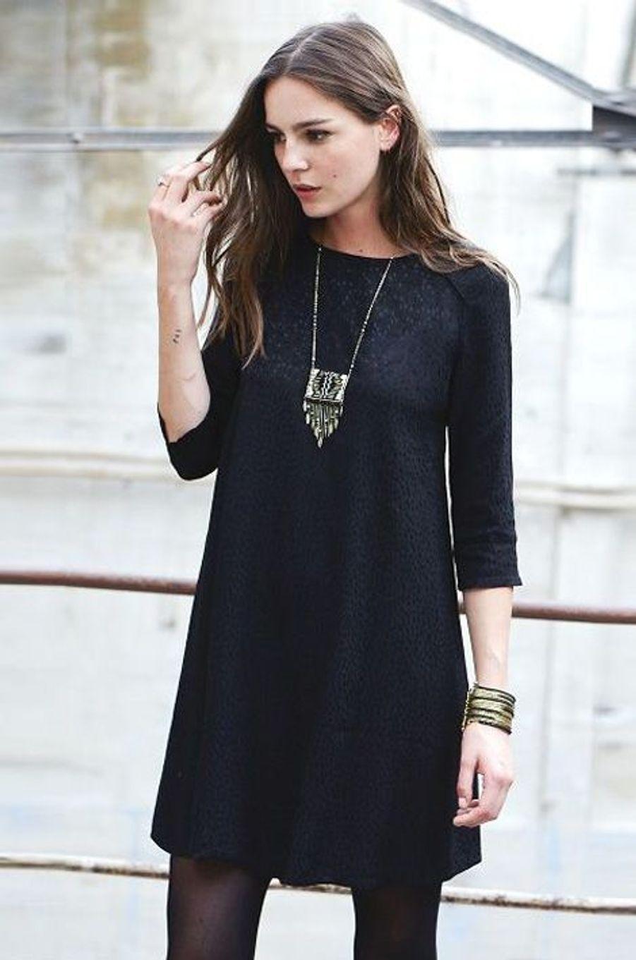 Manches trois- quart, collants opaques, la petite robe noire est ici dynamisée par des bijoux bohèmes.