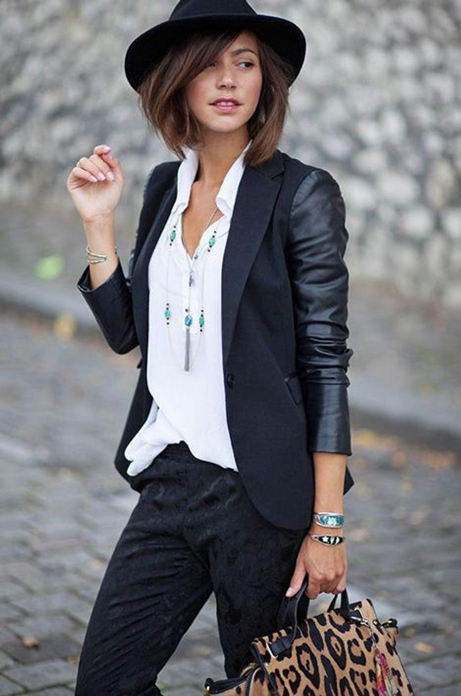 Veste, chapeau, chemise blanche. Pour relever le look, on complète avec quelques touches de féminité: les lèvres rouges et le sac imprimé panthère.