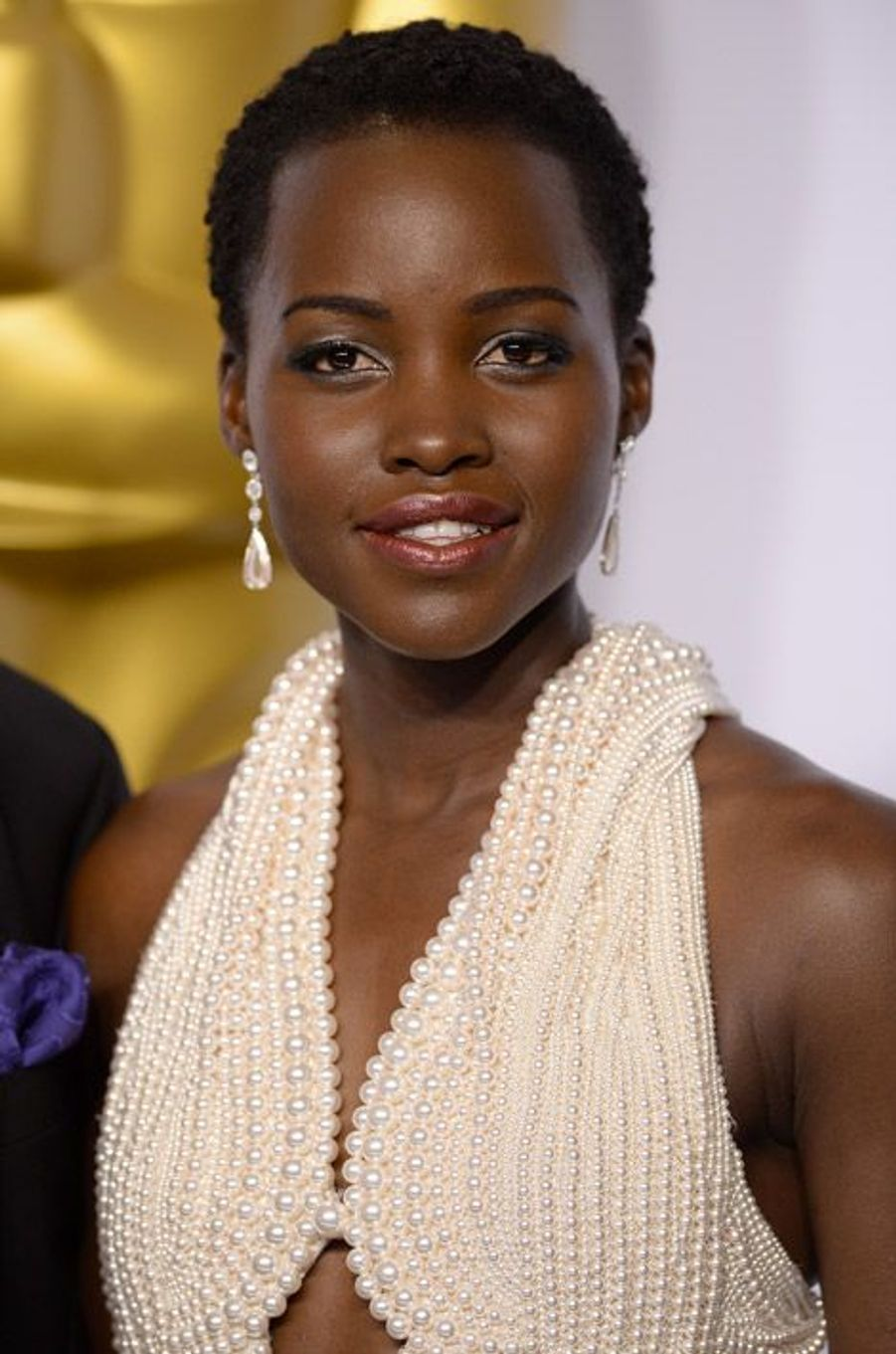 L'actrice Lupita Nyong'o ultra féminine avec ses cheveux courts