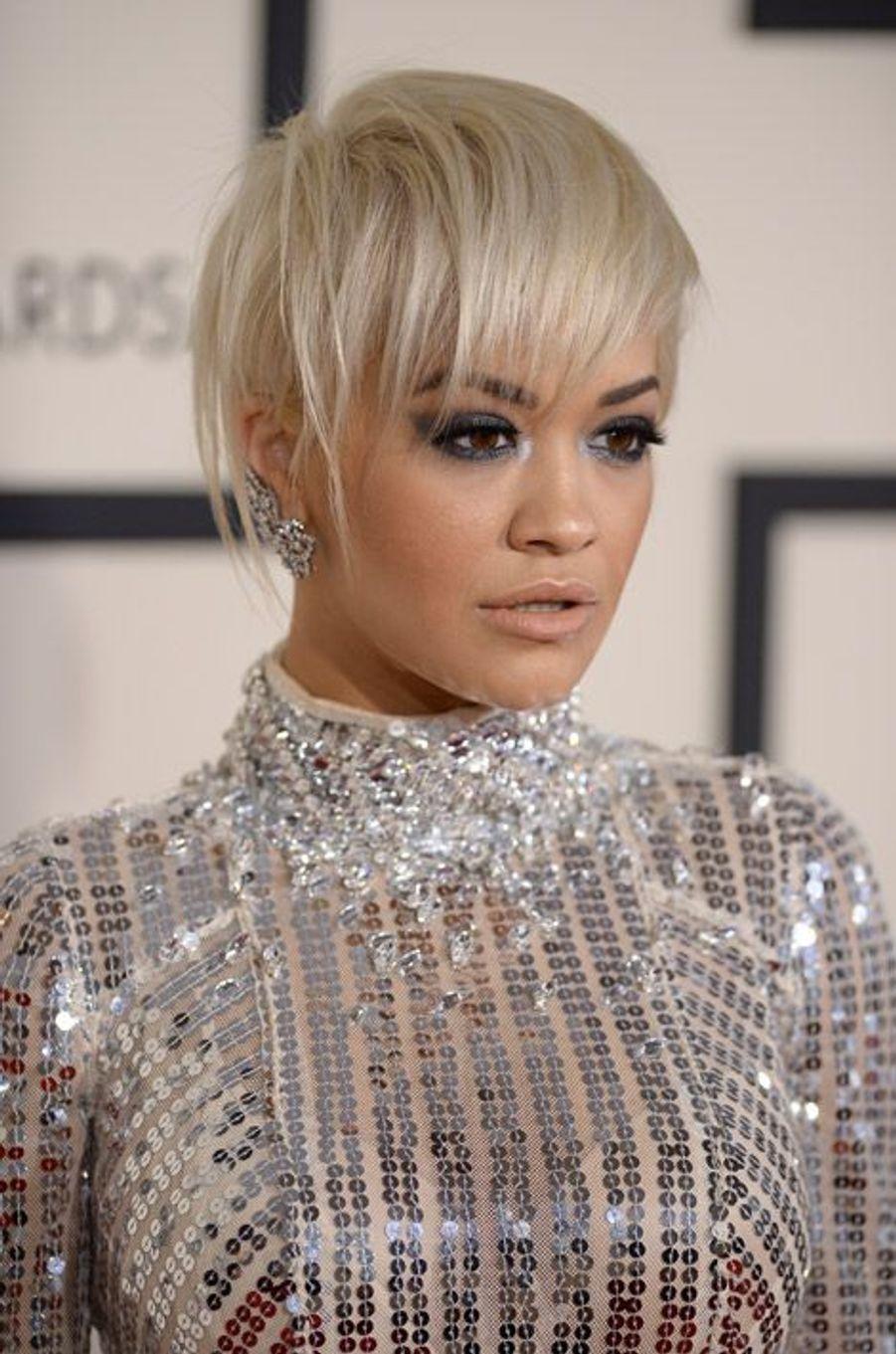La chanteuse Rita Ora et sa coupe courte blond platine