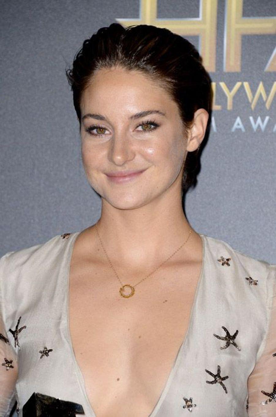 La jeune actrice Shailene Woodley coiffe ses chevux courts en arrière