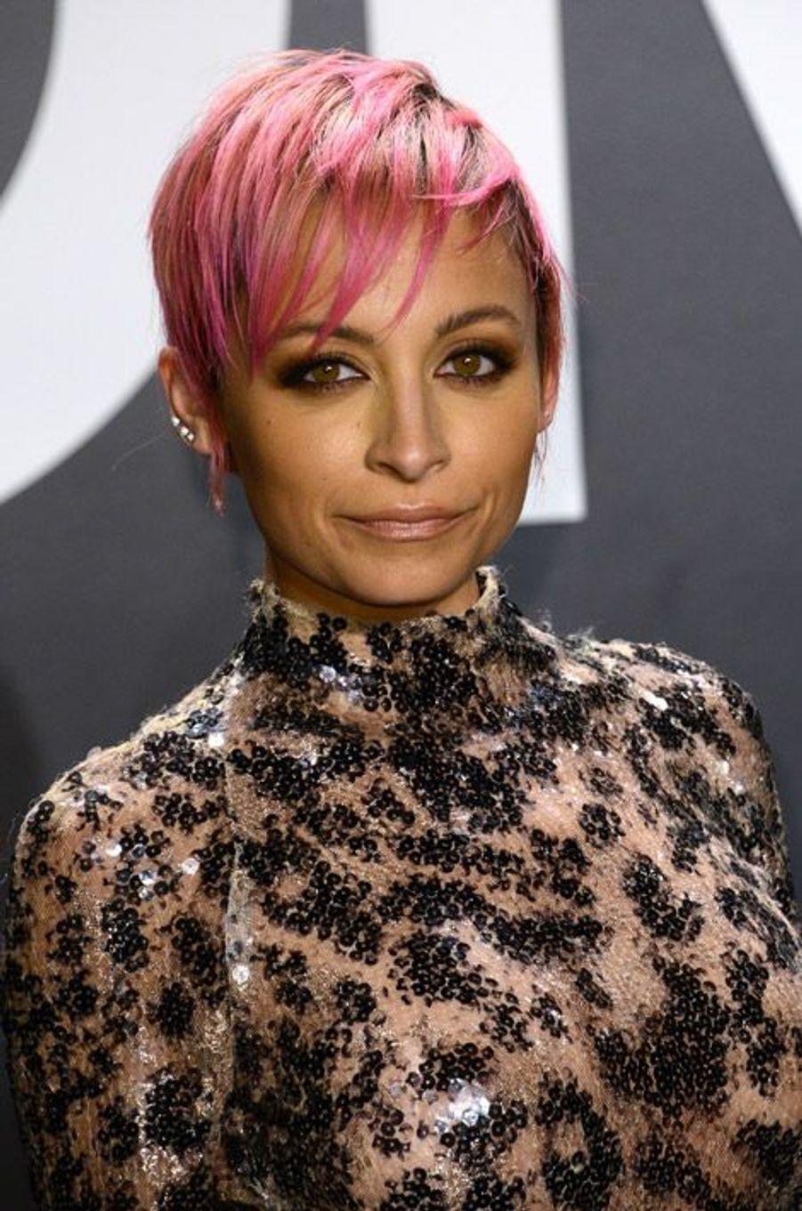 La styliste Nicole Richie porte toujours des cheveux courts et colorés
