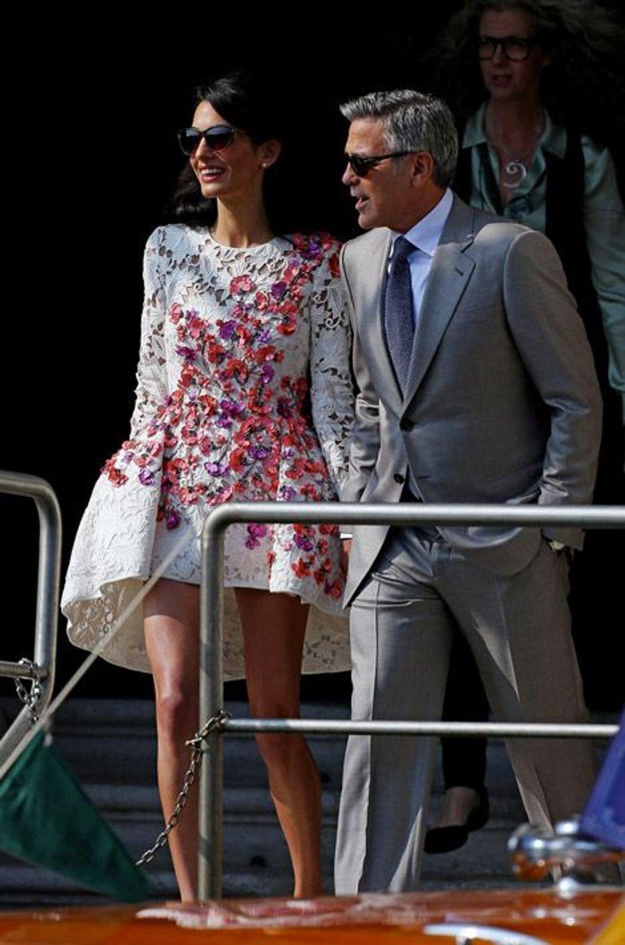 Amal Alamuddin en Giambattista Valli Couture et George Clooney : première apparition en tant que jeunes mariés à Venise, le 28 septembre 2014