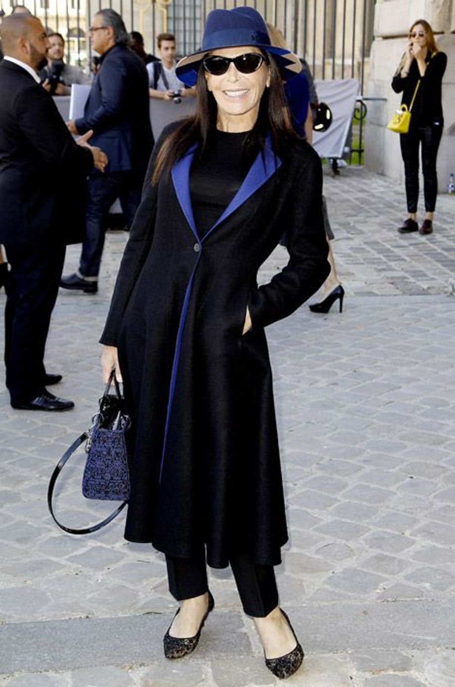 La femme d'affaires Mouna Ayoub assiste au défilé Christian Dior au Carré du Louvre, à Paris, le 26 septembre 2014