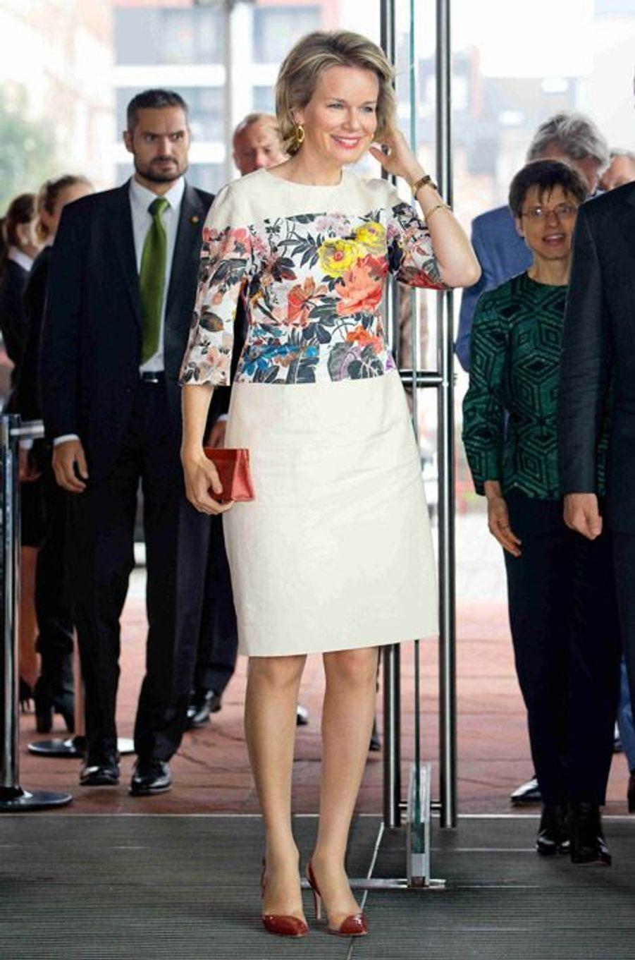 La reine Mathilde de Belgique inaugure une exposition sur les religions à Antwerp, en Belgique, le 24 septembre 2014