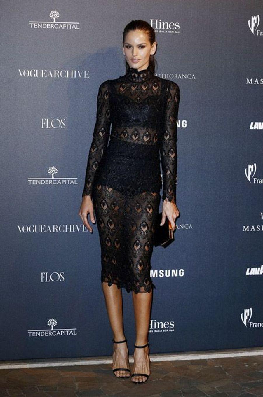 """Le mannequin brésilien Izabel Goulart fête les 50 ans de """"Vogue Italie"""", le 21 septembre 2014"""