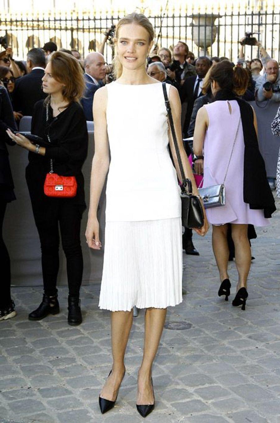 Le mannequin russe Natalia Vodianova assiste au défilé Christian Dior au Carré du Louvre, à Paris, le 26 septembre 2014