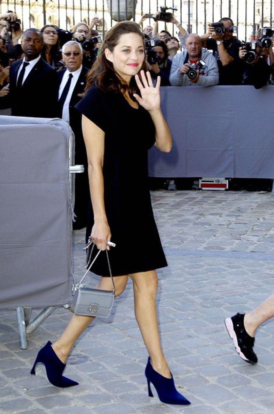Marion Cotillard assiste au défilé Christian Dior au Carré du Louvre, à Paris, le 26 septembre 2014