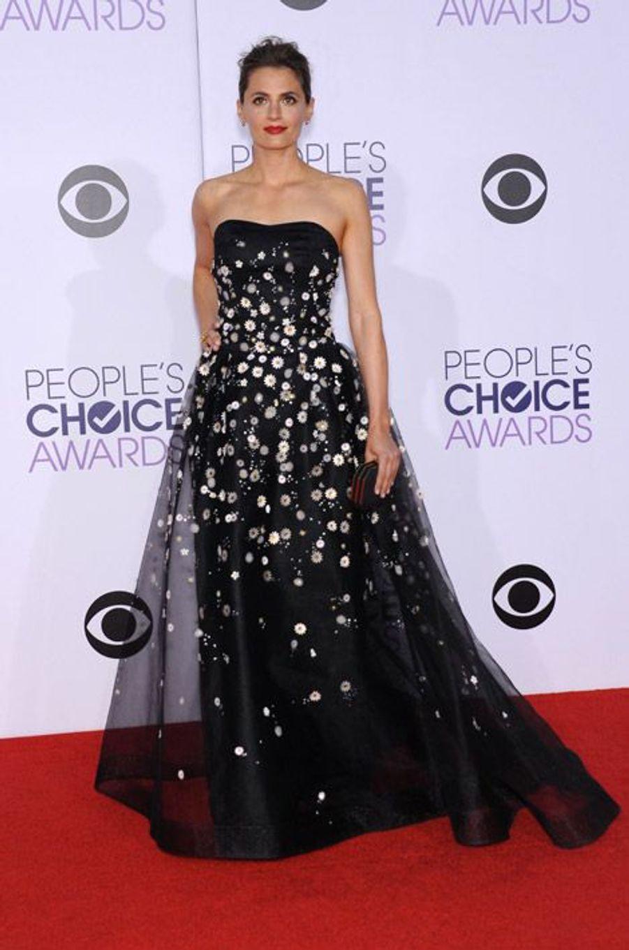 """L'actrice Stana Katic, de la série """"Castle"""", en Carolina Herrera lors de la cérémonie des People Choice Awards, le 7 janvier 2015"""