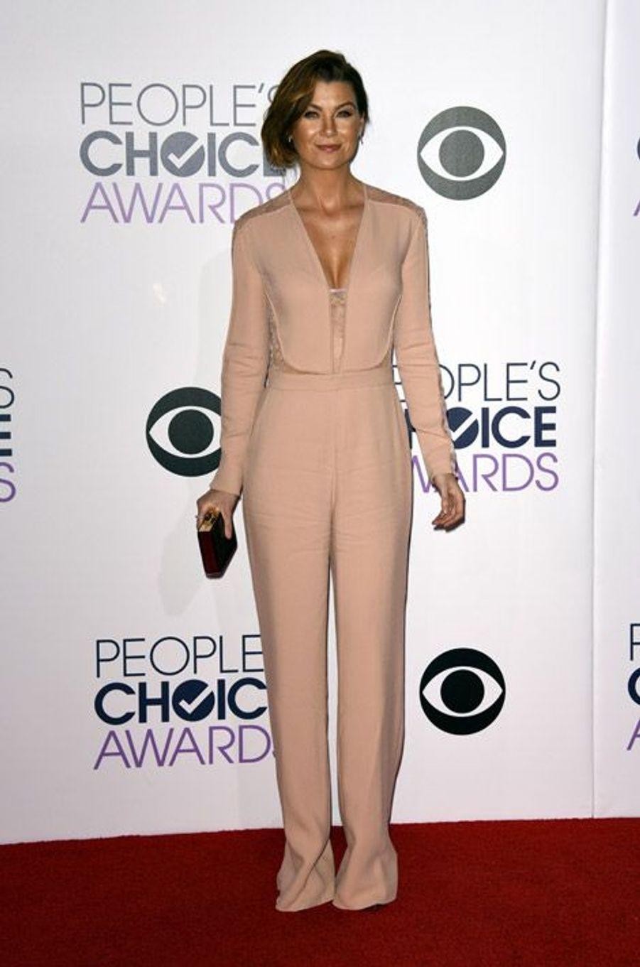 """L'actrice star de la série """"Grey's Anatomy"""", Ellen Pompeo, en Elie Saab lors de la cérémonie des People Choice Awards, le 7 janvier 2015"""