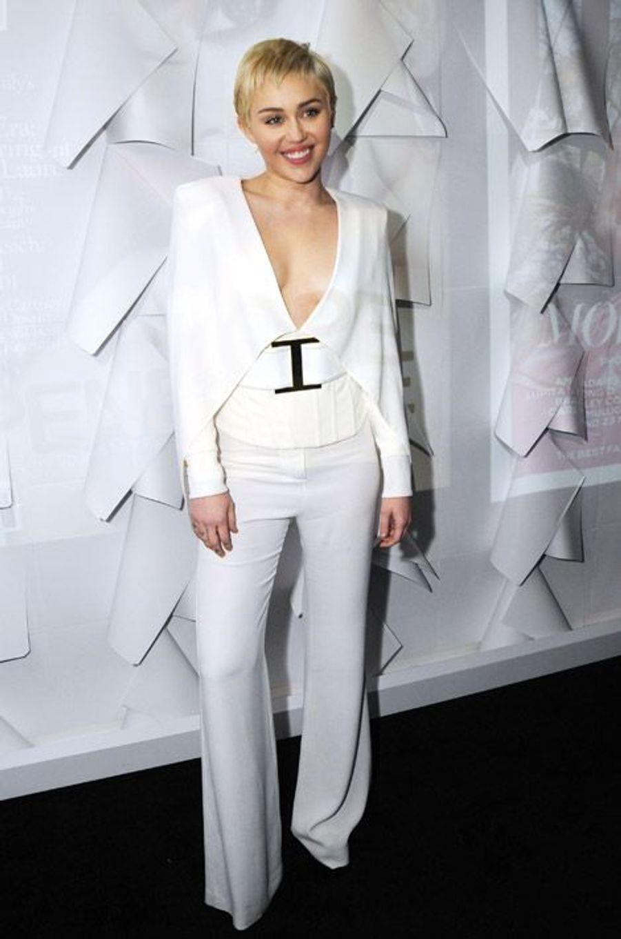 La chanteuse américaine Miley Cyrus en Balmain lors de la soirée W Magazine organisée avant la cérémonie des Golden Globes, le 9 janvier à Los...