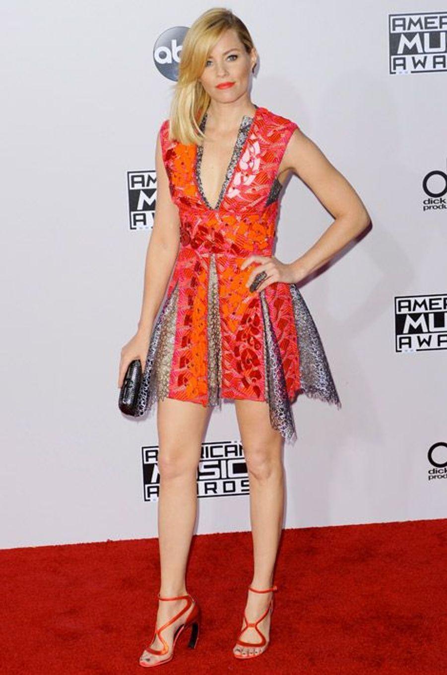 L'actrice Elizabeth Banks en Nicholas Kirkwood lors de la cérémonie des American Music Awards, à Los Angeles, le 23 novembre 2014