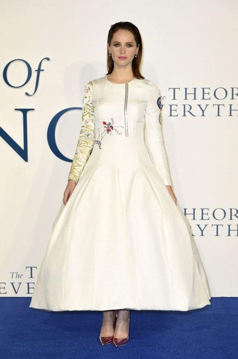 L'actrice Felicity Jones avec des escarpins métallisés or rose Christian Dior à Londres, le 9 décembre 2014