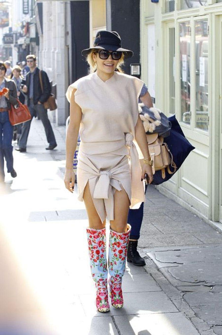 La chanteuse Rita Ora dans les rues de Londres, le 1er avril 2014