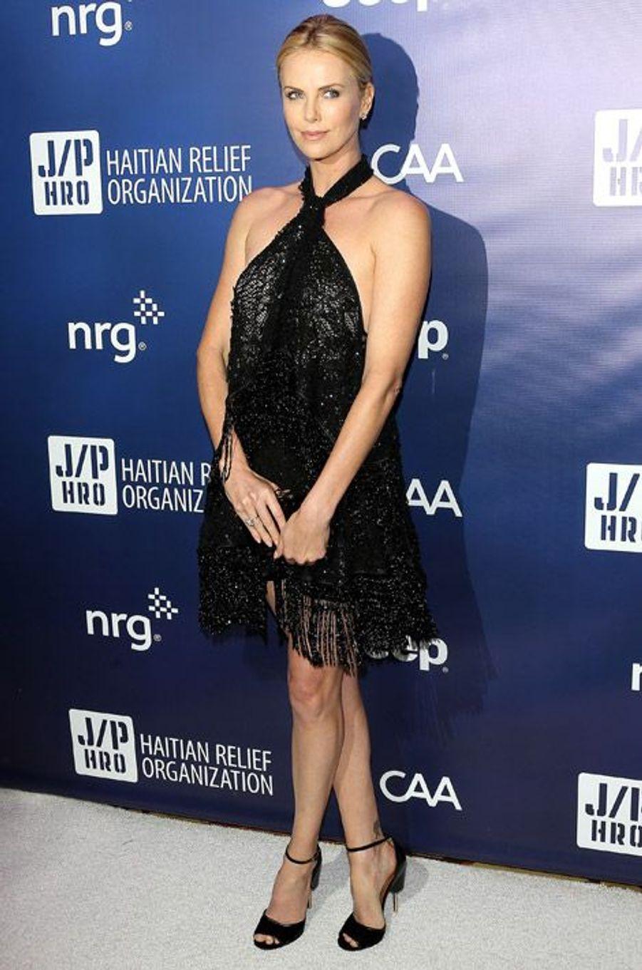 Charlize Theron en Givenchy pour le gala de charité de la fondation Sean Penn pour Haïti le 10 janvier 2015 à Los Angeles
