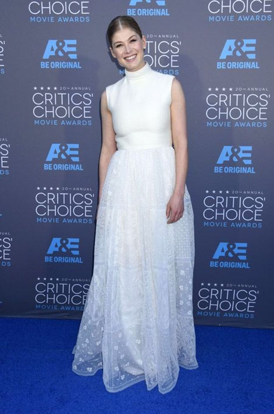 Rosamund Pik en Valentino Couture lors de la cérémonie des Critics Choice Movie Awards à Los Angeles, le 15 janvier 2015