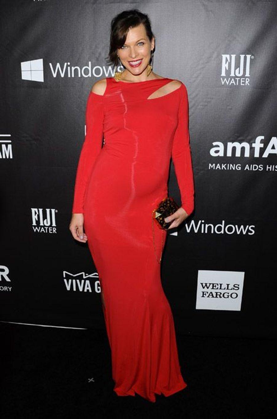 L'actrice Milla Jovovich au gala de l'AmfAr à Los Angeles, le 29 octobre 2014