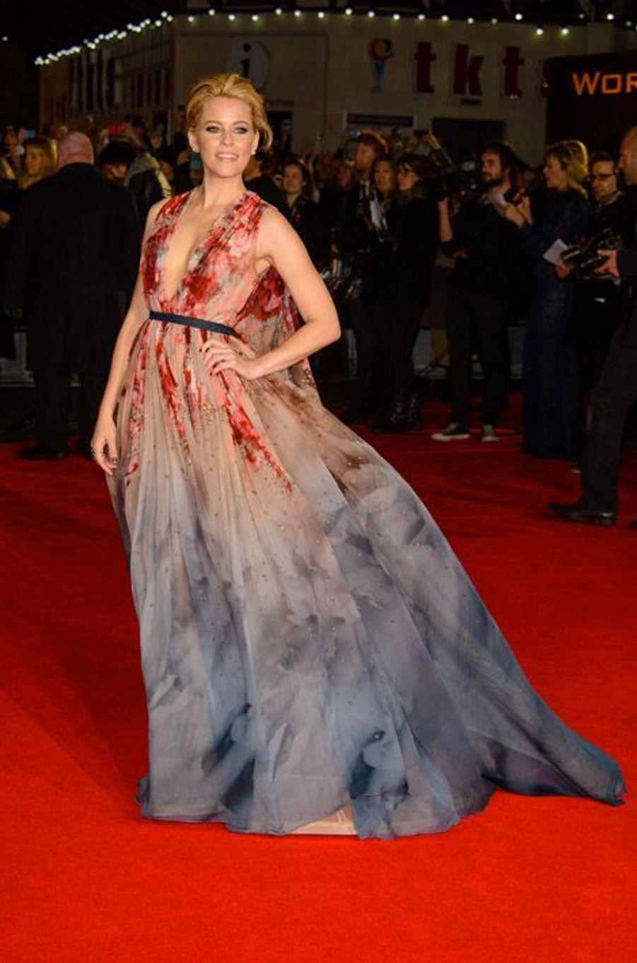 """L'actrice Elizabeth Banks en Elie Saab Couture lors de la première du nouveau volet de la saga """"Hunger Games"""" à Londres, le 10 novembre 2014"""