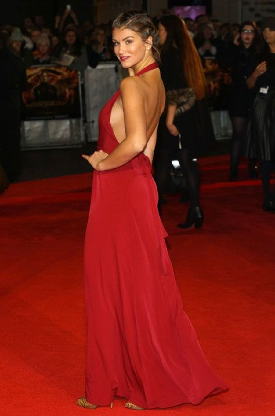 """L'actrice Elizabeth Banks en Saint Laurent lors de la première du nouveau volet de la saga """"Hunger Games"""" à Berlin, le 11 novembre 2014"""