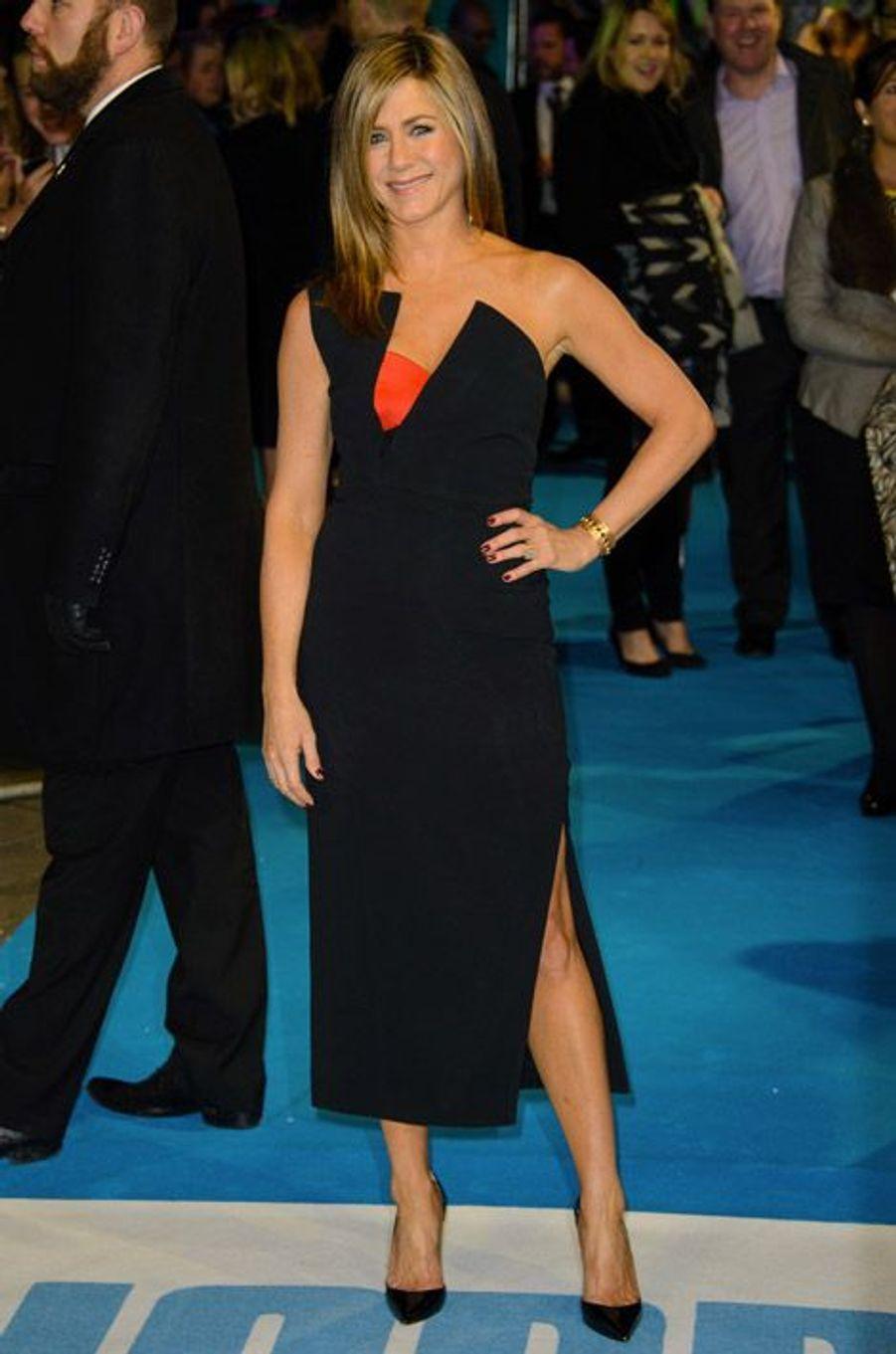 """L'actrice Jennifer Aniston en Antonio Berardi lors de la première du film """"Horrible Bosses 2"""" à Londres, le 12 novembre 2014"""