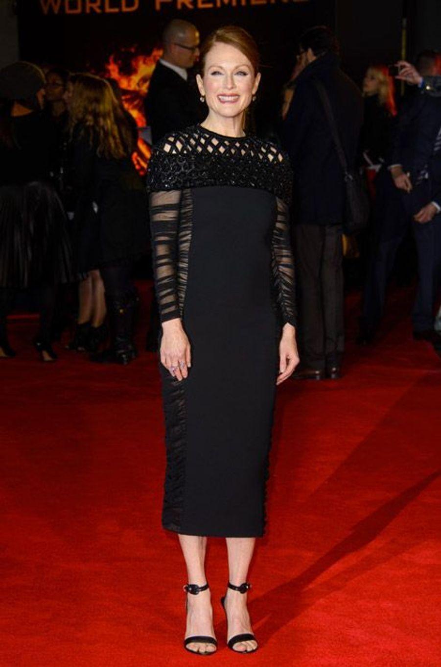 """L'actrice Julianne Moore en Balenciaga lors de la première du nouveau volet de la saga """"Hunger Games"""" à Londres, le 10 novembre 2014"""