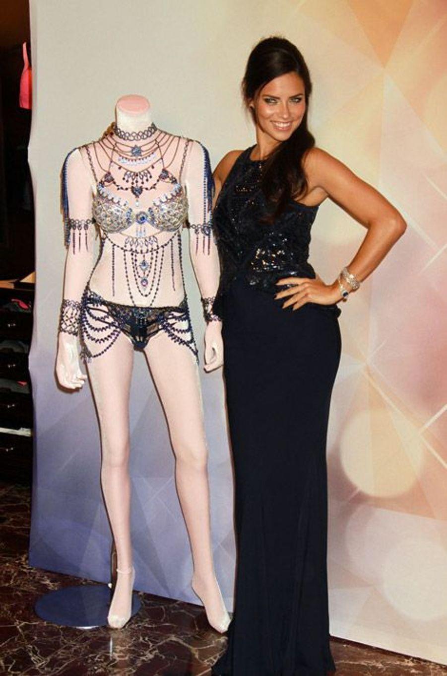 """Le mannequin Adriana Lima présente le """"Fantasy Bra"""" qu'elle portera lors du défilé de lingerie Victoria's Secret"""