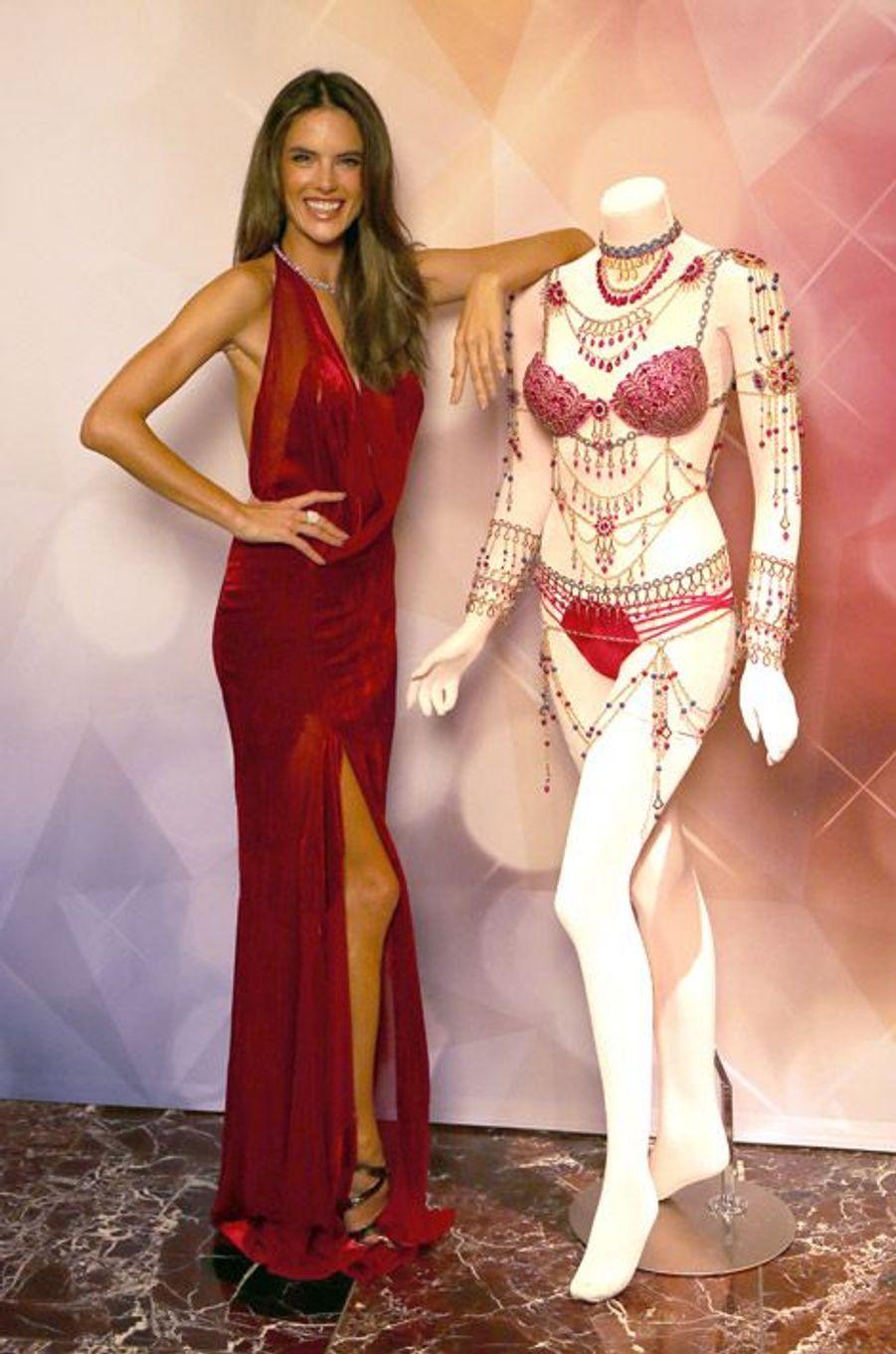 """Le mannequin Alessandra Ambrosio en Donna Karan présente le """"Fantasy Bra"""" qu'elle portera lors du prochain défilé de lingerie Victoria's Secret"""