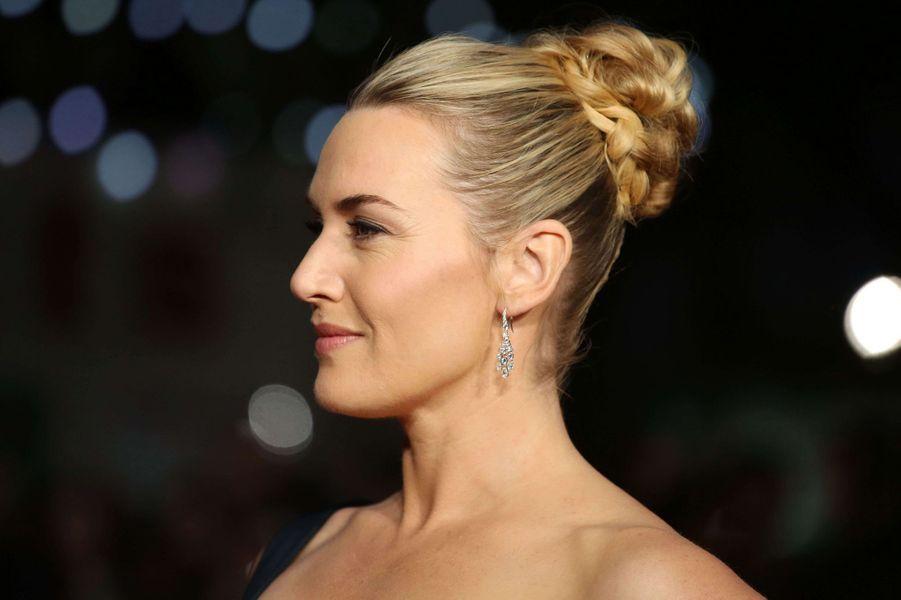"""A l'avant-première londonienne de """"Steve Jobs"""", l'actrice Kate Winslet a opté pour un chignon haut sophistiqué."""
