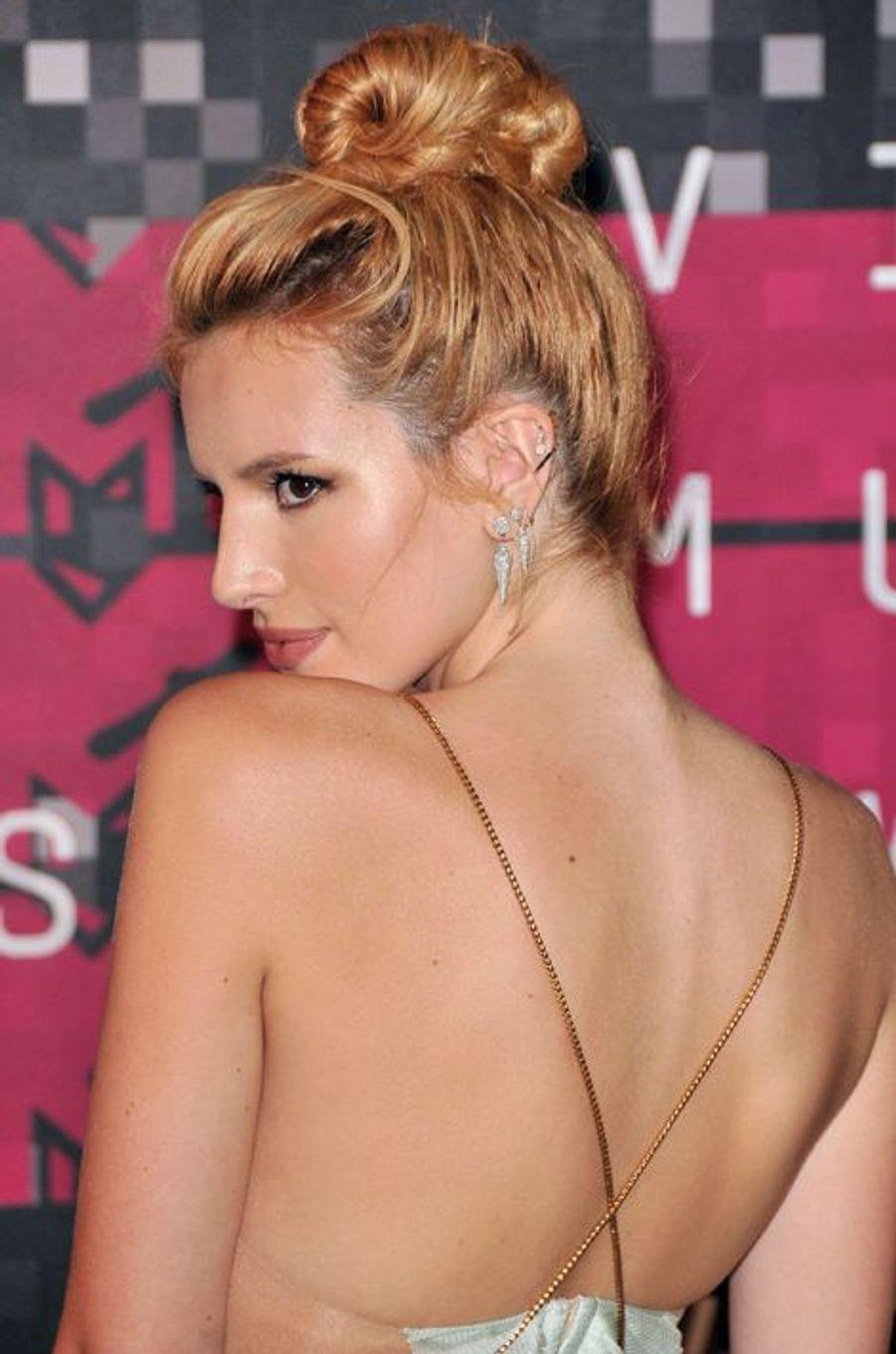 Aux MTV Video Music Awards 2015, l'actrice Bella Thorne a opté pour un chignon haut décontracté.