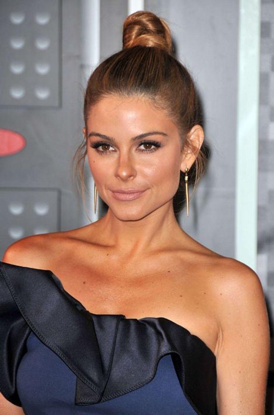 Aux MTV Video Music Awards 2015, l'actrice Maria Menounos a opté pour un chignon haut sophistiqué.