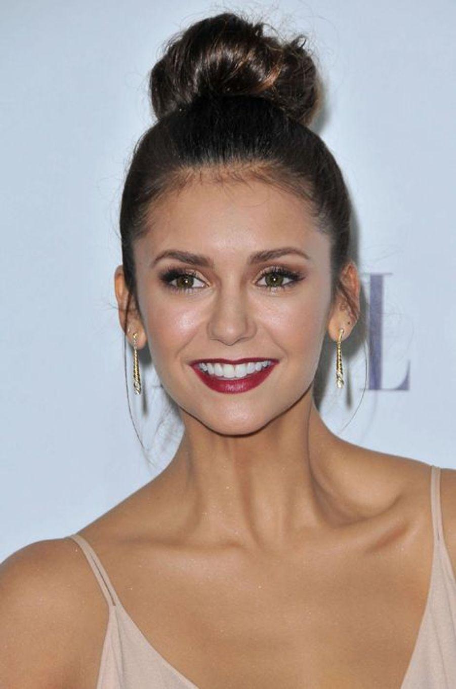 Le 19 octobre dernier, l'actrice Nina Dobrev a opté pour un chignon haut plus décontracté.