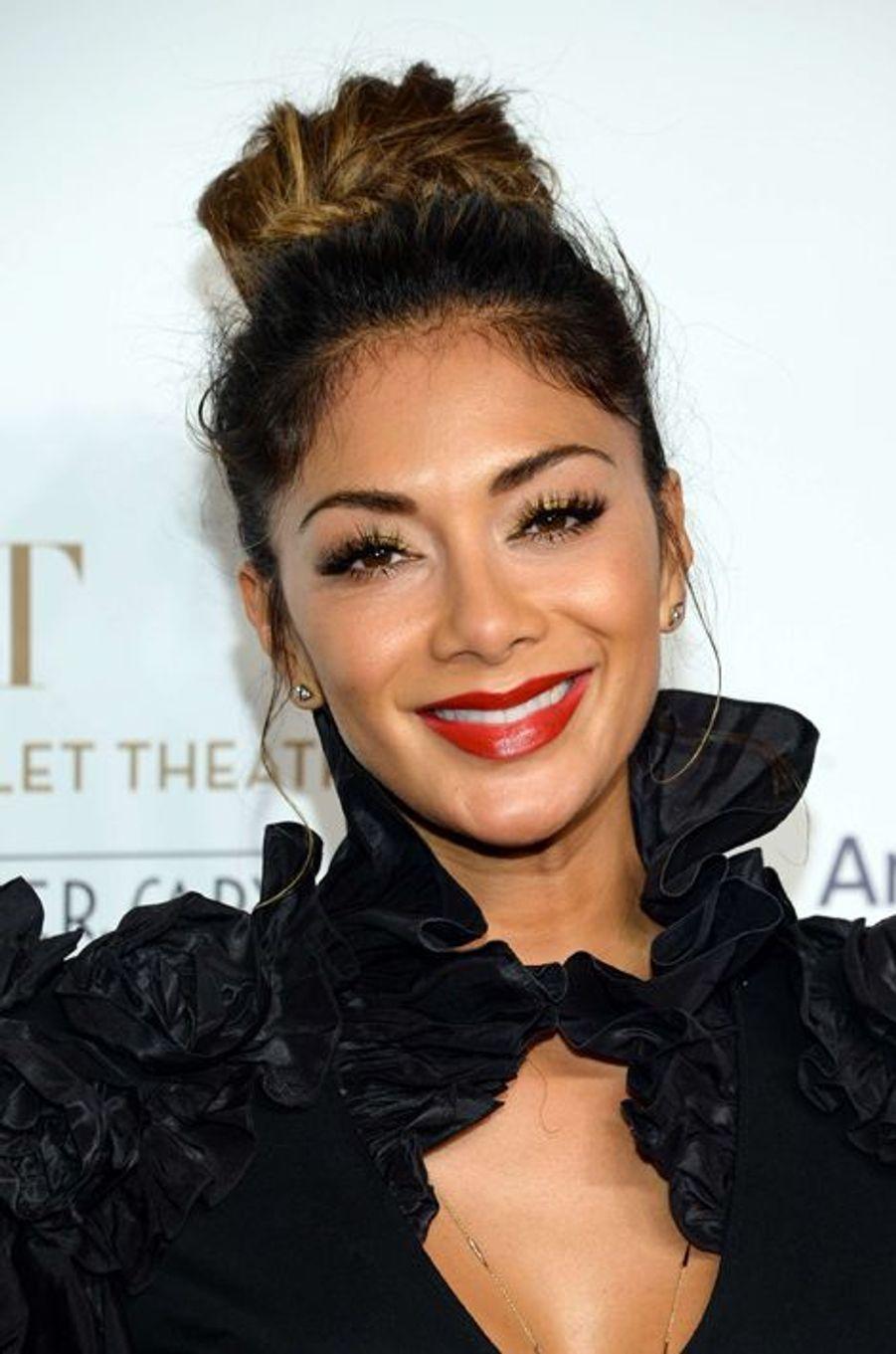 Le 21 octobre dernier, la chanteuse Nicole Scherzinger a opté pour un chignon haut plus décontracté.