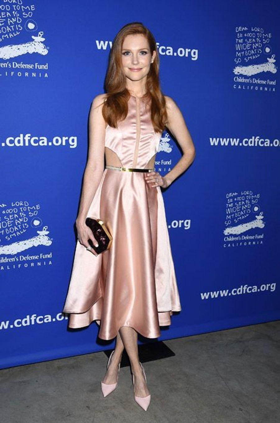 """L'actrice Darby Stanchfield de la série """"Scandal"""" lors d'un gala de charité à Los Angeles, le 4 décembre 2014"""