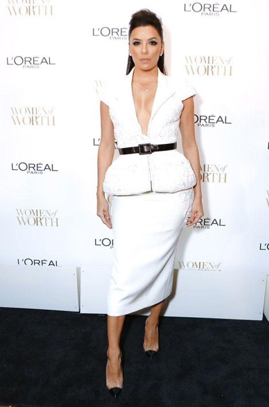 L'actrice Eva Longoria en Ralph and Russo lors d'une soirée L'Oréal Paris à New York, le 2 décembre 2014