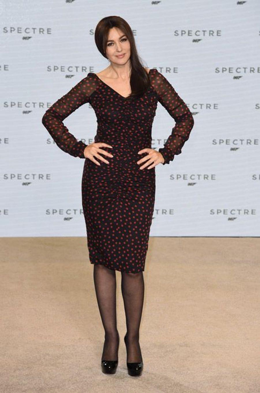 """L'actrice Monica Bellucci en Dolce & Gabbana, à la présentation du prochain James Bond, """"Spectre"""", à Londres, le 4 décembre 2014"""