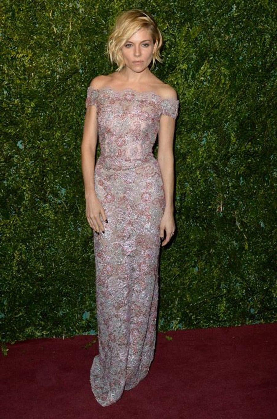"""L'actrice Sienna Miller en Burberry à la soirée """"London Evening Standard Awards"""" à Londres, le 30 novembre 2014"""