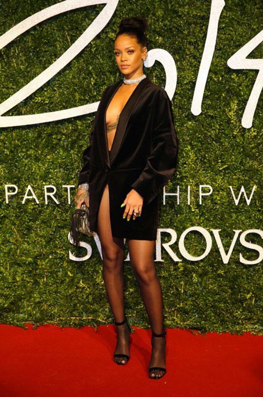 La chanteuse Rihanna en Stella McCartney la cérémonie des British Fashion Awards, à Londres, le 1er décembre 2014