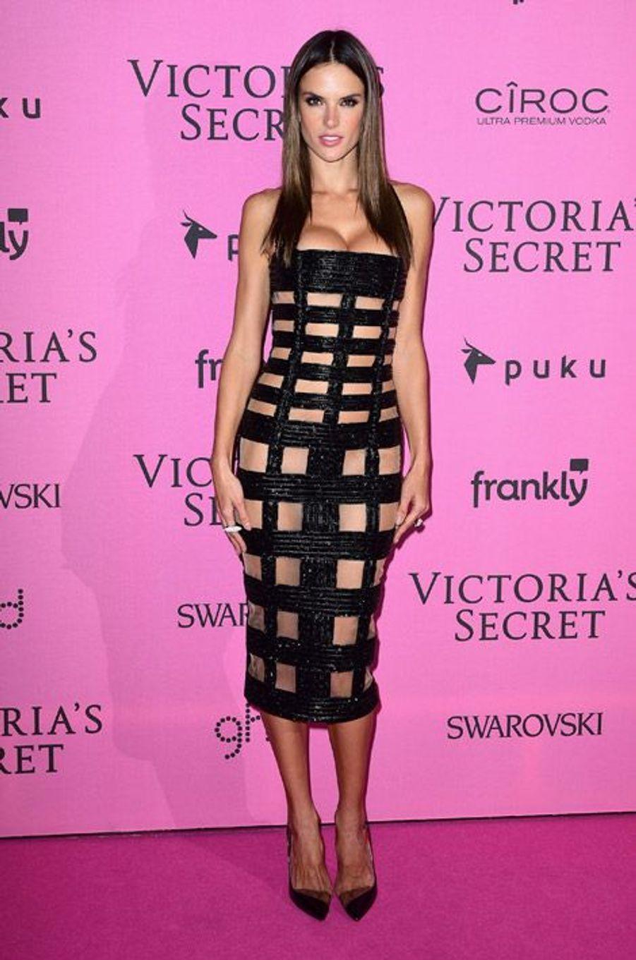 Le mannequin Alessandra Ambrosio en Balmain à Londres le 2 décembre 2014 après le show Victoria's Secret