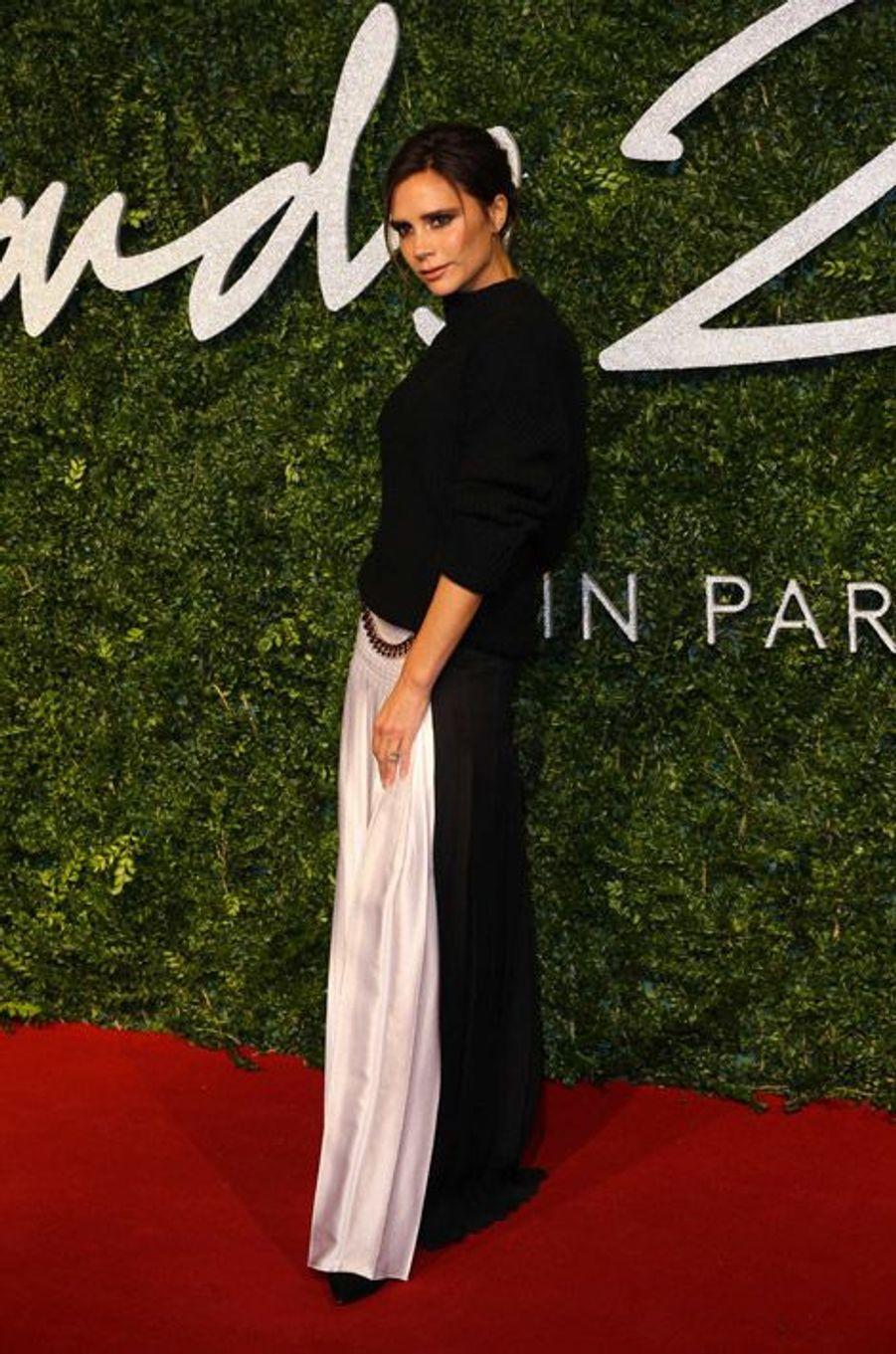 Victoria Beckham dans une tenue de sa marque à la cérémonie des British Fashion Awards, à Londres, le 1er décembre 2014