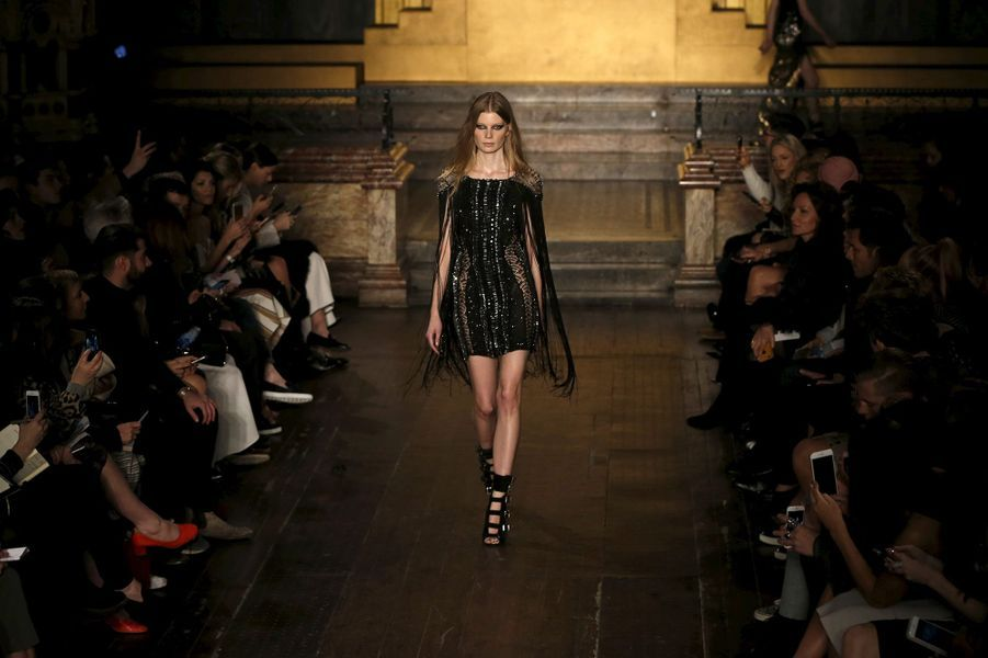 Paillettes et robes fendues au menu de Julien Macdonald