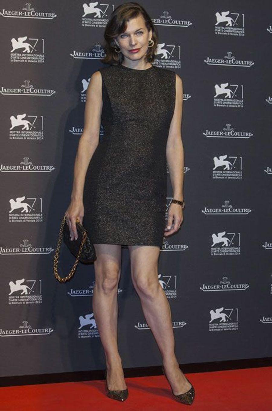 Black & white : l'actrice Milla Jovovich enceinte en Saint Laurent, lors du photocall du film Cymbeline à la Mostra de Venise, le 2 septembre 2014