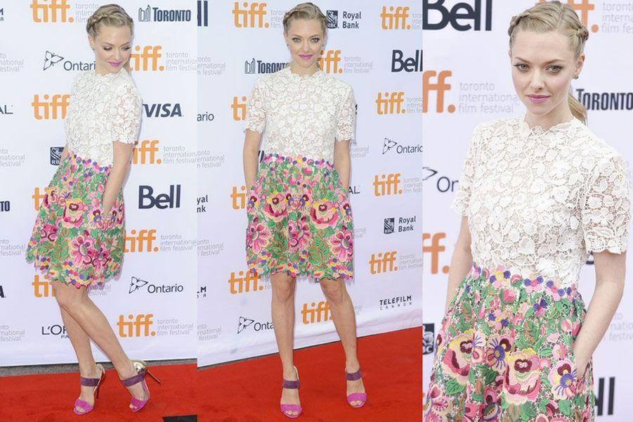 De la couleur : l'actrice Amanda Seyfried en Valentino, lors de la première du film While We're Young au festival international du film de Toronto,...