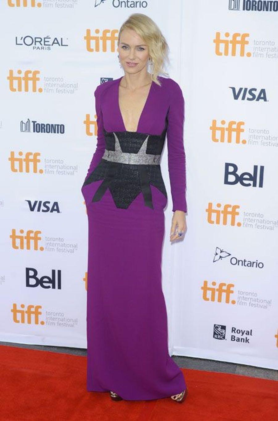 De la couleur : l'actrice Naomi Watts en Antonio Bererdi, lors de la première du film While We're Young au festival international du film de Toront...