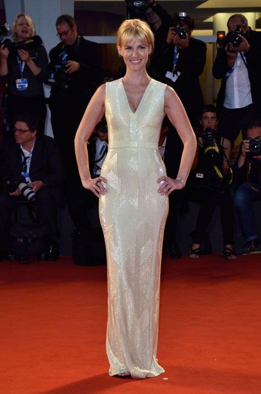 Paillettes et soie : l'actrice de la série Mad Men, January Jones, en Hugo Boss lors de la première du film Good Kill, le 5 septembre 2014 à la M...