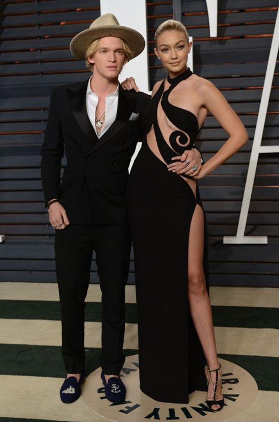 Gigi Hadid et Cody Simpson lors de la soirée Vanity Fair des Oscars 2015