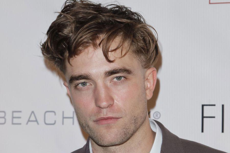 Jeudi, sur le tapis rouge du gala GOcampaign, à Beverly Hills, Robert Pattinson a dévoilé une nouvelle coupe de cheveux… des plus originales, qui n'en finit plus de faire jaser. Et pour cause: rasé tout autour du «bol», l'acteur de 28 ans, qui serait en couple avec la chanteuse FKA twigs (Tahliah Debrett Barnett de son vrai nom), a laissé une courte bande de cheveux derrière le crâne. Au grand dam de ses fans tombées amoureuses du bel Edward Cullen de «Twilight».Mais il n'est pas le premier à avoir quelque peu raté son changement de look. James Franco est apparu le 5 septembre dernier au Festival du film de Venise avec un faux tatouage représentant Montgomery Clift et Elizabeth Taylor dans«Une place au soleil», sur son crâne rasé pour les besoins du film «Zeroville». Quelques semaines auparavant, il avait décidé de se débarrasser de ses boucles brunes pour une coupe très 90's, se teignant en blond et se lissant les cheveux.Avant lui, Brad Pitt avait opté pour le style grunge, David Beckham pour les tresses blondes, Johnny Depp pour la mono-mèche teinte. Leonardo DiCaprio, quant à lui, semble avoir du mal à se défaire de son désormais fameux (mais pas indispensable) chignon court et Jared Leto se souviendra certainement longtemps de son balayage noir et jaune… Parmi toutes ces célébrités, qui est selon vous celle avec la pire coupe de cheveux? Paris Match vous propose de voter en attribuant à chacun, de une à cinq étoiles.